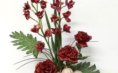 Cubo de orquídeas y peonías