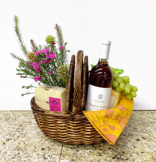 Cesta de picnic de regalo con vino rosado