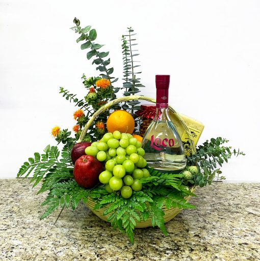 CEsta de regalo con tequila Loco y frutas